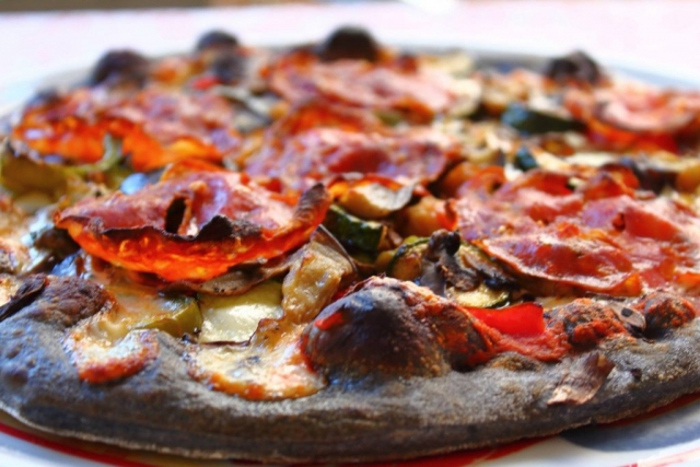pizza noire au charbon vegetal